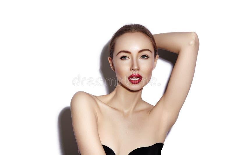 与秀丽构成的美好的模型,红色嘴唇,完善的新鲜的皮肤 护肤,有魅力构成的时尚妇女 免版税库存图片