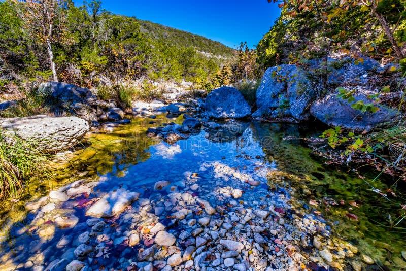 与秋叶的一个美丽如画的场面在胡说的溪和大冰砾在失去的槭树 免版税图库摄影