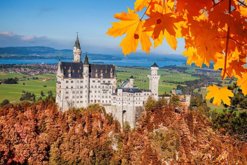 与秋叶的新天鹅堡城堡在巴伐利亚,德国 库存图片