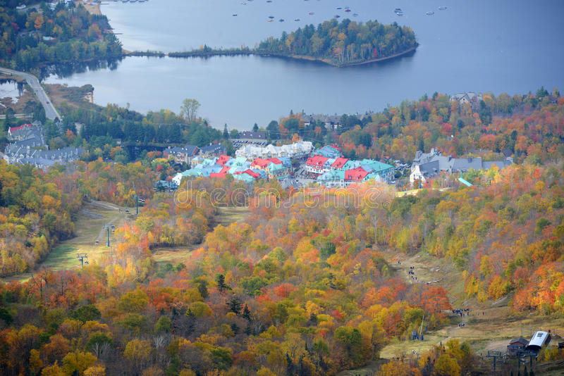 与秋叶,魁北克,加拿大的Mont Tremblant 免版税库存照片