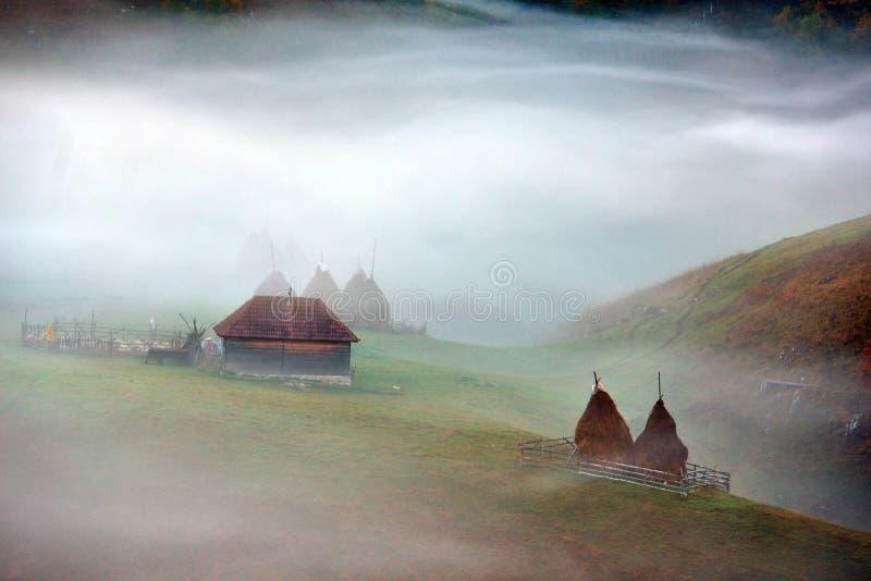 与秋天早晨雾的山风景在日出 免版税库存图片