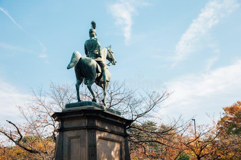 与秋天槭树的小松宫彰仁亲王古铜色雕象在上野公园在东京,日本 库存照片