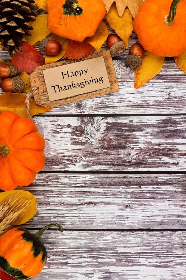 与秋天角落边界的愉快的感恩标记在老白色木头 图库摄影