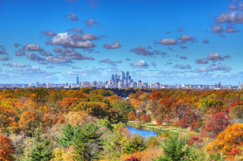 与秋天颜色的中心城市费城地平线 库存照片