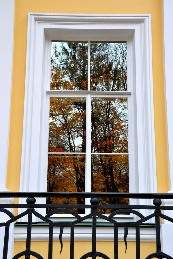 与秋天风景的窗口 库存图片