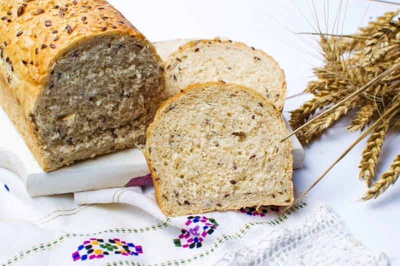 与种子的黑麦面包切片 免版税图库摄影