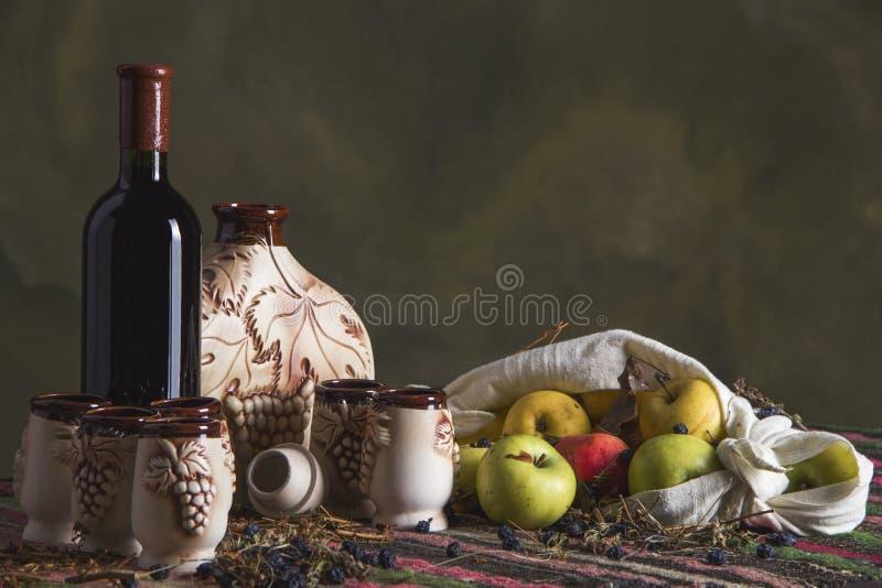与种族地毯,醴,水罐,玻璃,苹果的民间传说桌 库存图片