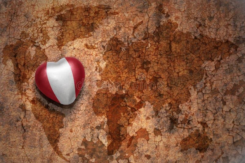 与秘鲁的国旗的心脏葡萄酒世界地图裂缝纸背景的 免版税库存图片