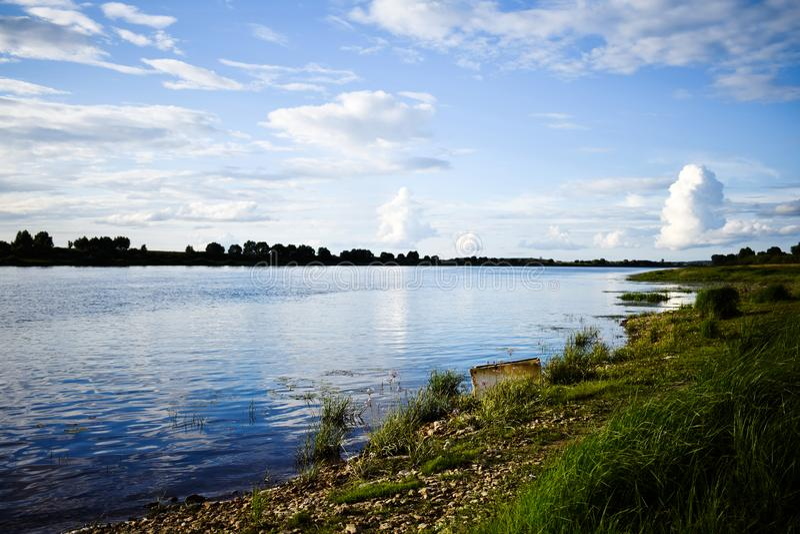 与积云的美好的风景在河 库存图片