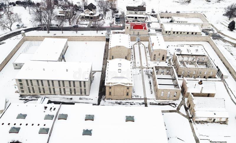 与积雪的地面的爱达荷老监狱鸟瞰图在w 库存图片