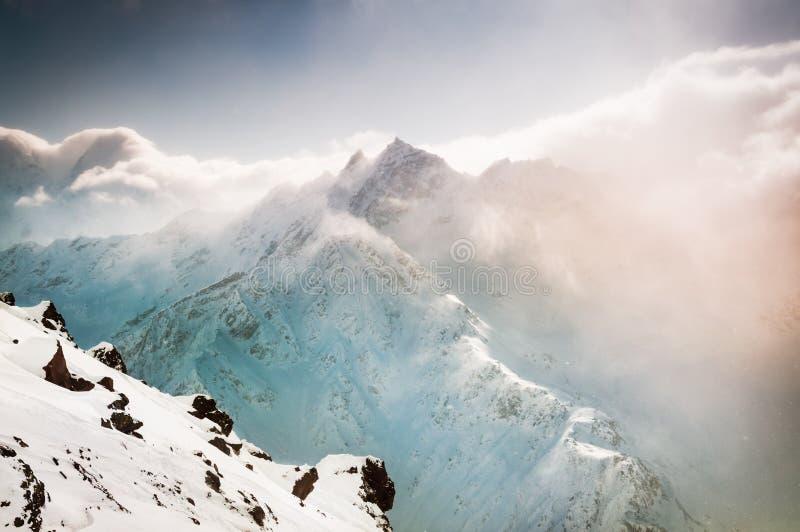 与积雪的山的美好的冬天风景 免版税图库摄影