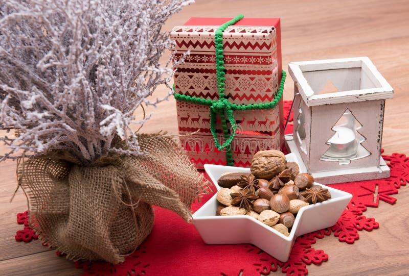 与积雪的树,蜡烛台,当前xmas的圣诞节背景 库存照片