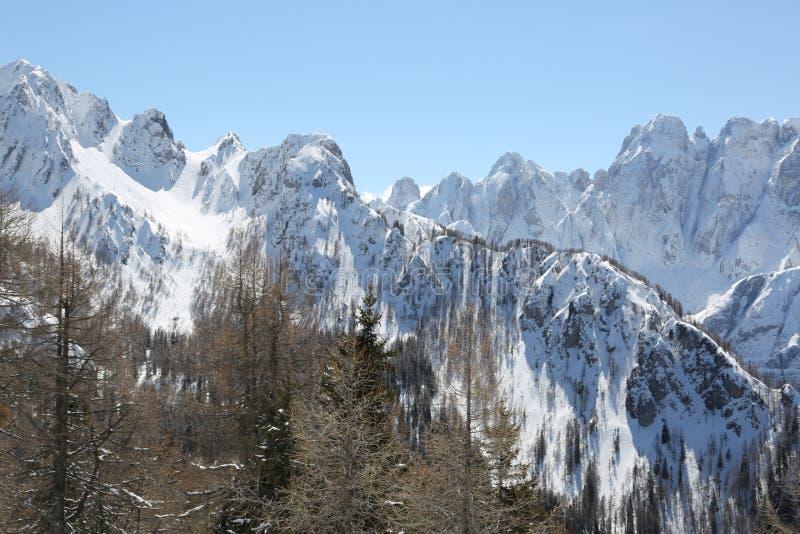 与积雪覆盖的山的冬天风景 免版税库存图片