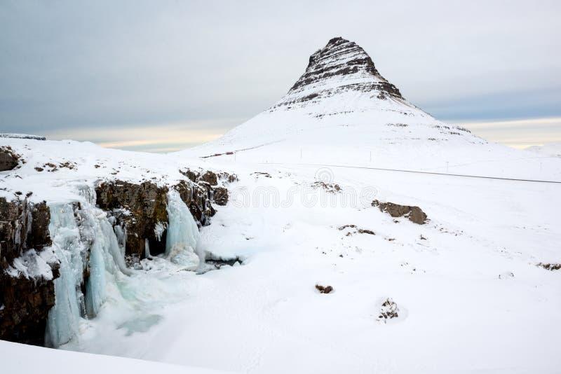 与积雪覆盖的Kirkjufell山, Snaefellsnes半岛,冰岛的冬天风景 库存图片