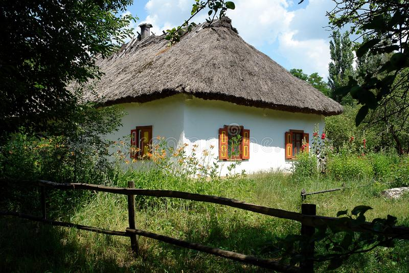与秸杆屋顶的乌克兰小屋 图库摄影