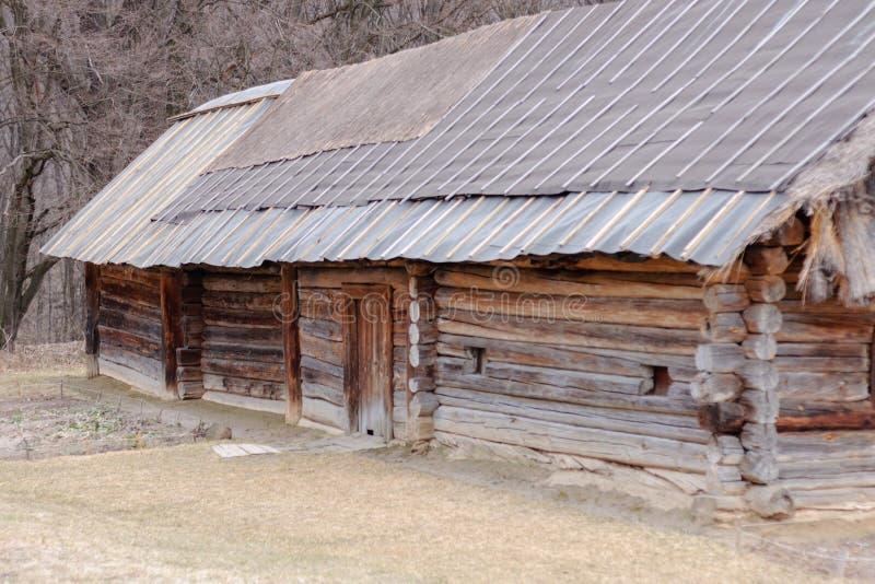 与秸杆屋顶的古色古香的小屋 免版税库存照片