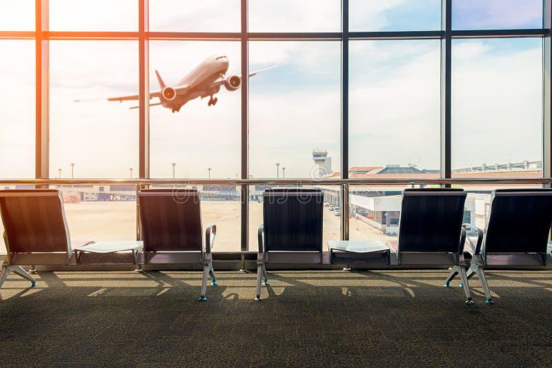 与空位的机场终端内部,背景飞行 免版税库存照片