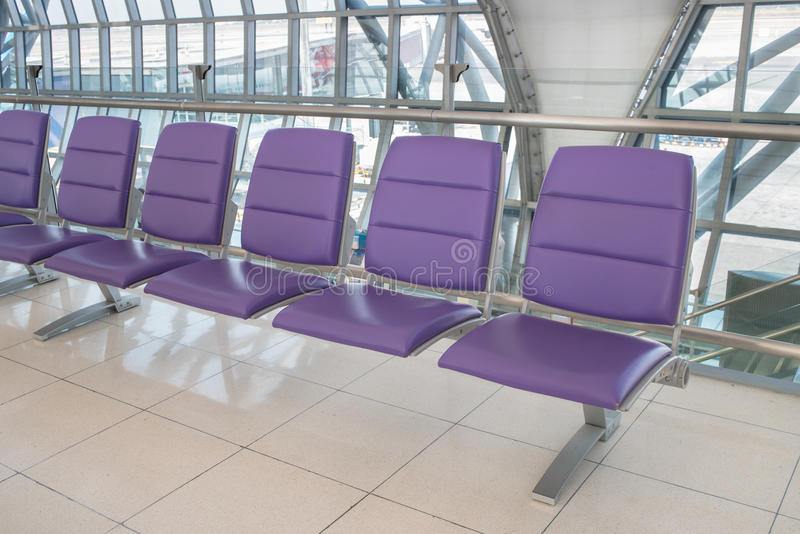 与空位行的机场终端内部,城市的视图 免版税库存照片