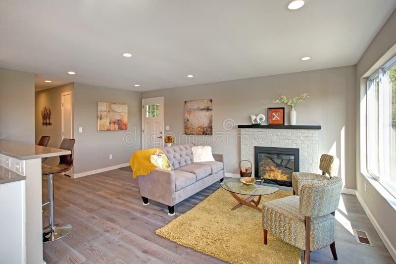 与空心肋板计划的新近地被改造的客厅内部 免版税库存图片