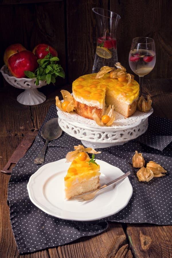 与空泡、新鲜的苹果和奶油的可口蛋糕 库存图片