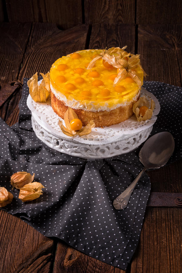 与空泡、新鲜的苹果和奶油的可口蛋糕 免版税库存照片