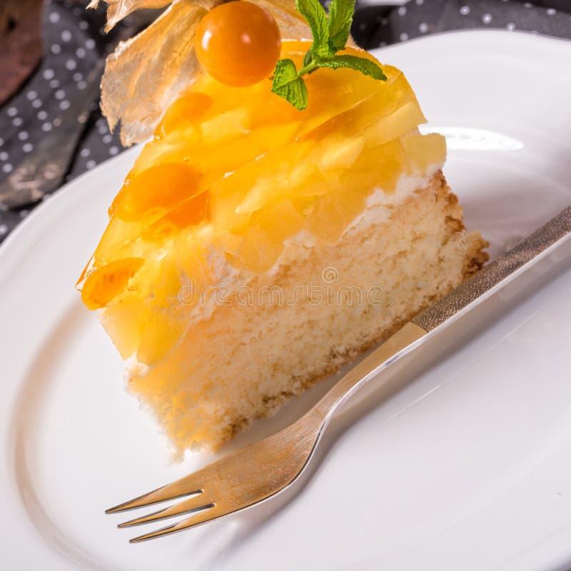与空泡、新鲜的苹果和奶油的可口蛋糕 免版税图库摄影