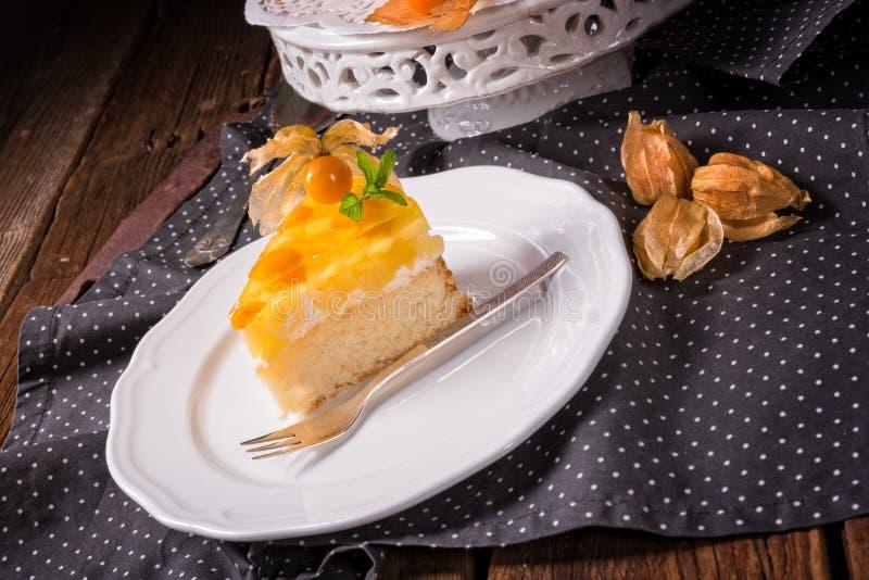 与空泡、新鲜的苹果和奶油的可口蛋糕 库存照片