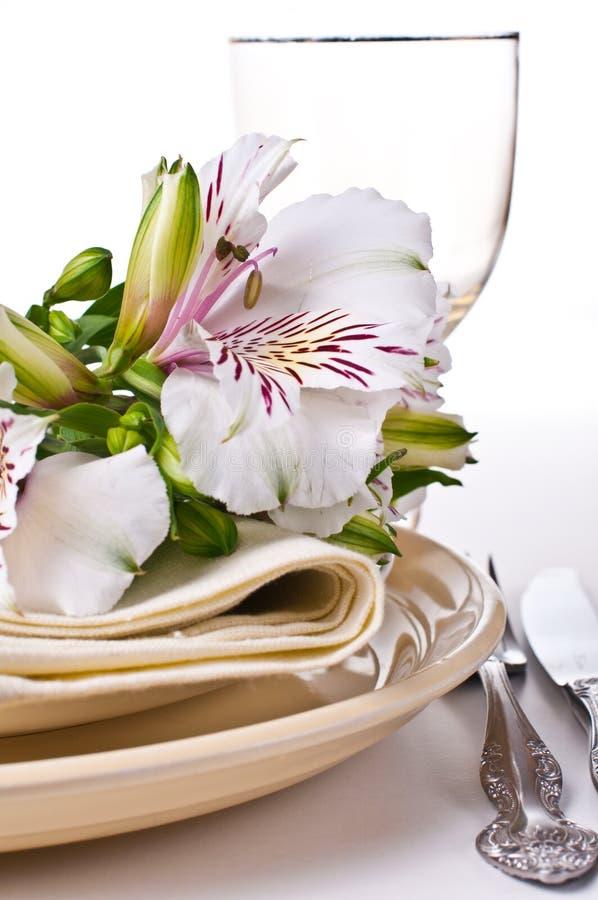 与空白德国锥脚形酒杯花的表设置 免版税库存图片