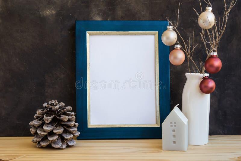 与空白的圣诞节,新年蓝色和金黄框架大模型文本的,艺术品,五颜六色的中看不中用的物品,房子蜡烛,杉木锥体, m 免版税库存照片