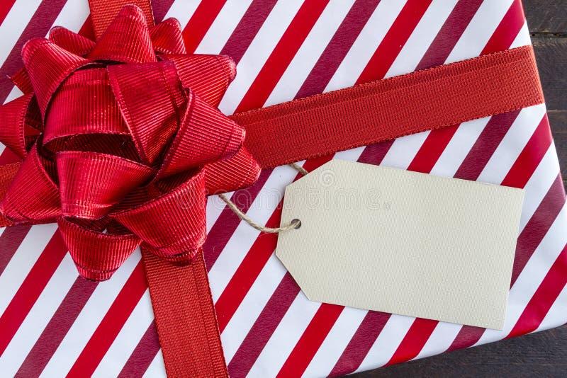 与空白的标记的被包裹的圣诞节礼物 库存图片