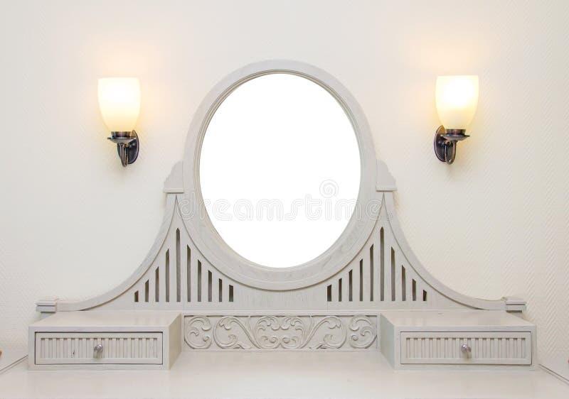 与空白的框架的木被雕刻的梳妆台在屋子里 库存图片