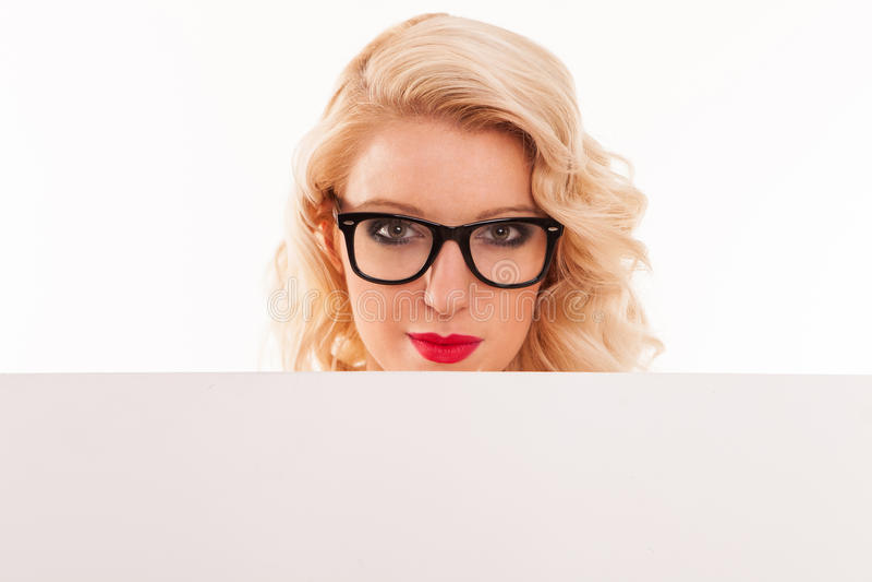 与空白的白板的肉欲的白肤金发的妇女画象。隔绝  免版税库存图片