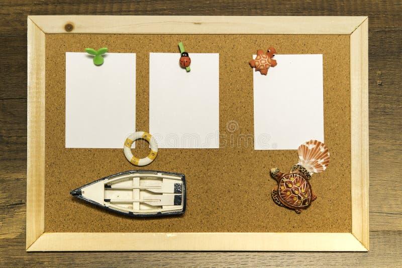 与空白的白皮书的黄柏板用小船和乌龟装饰 库存照片