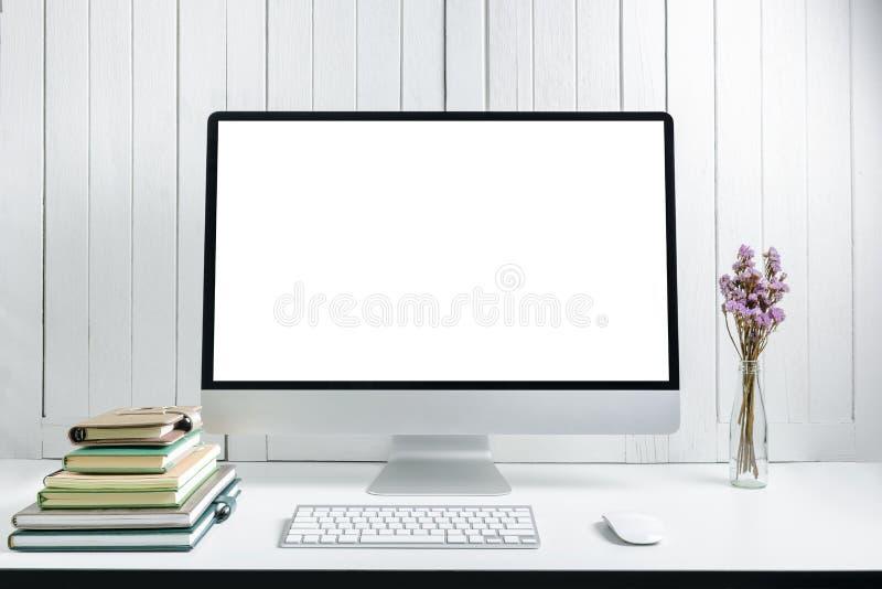 与空白的白色屏幕现代桌面comp的工作场所背景 库存照片