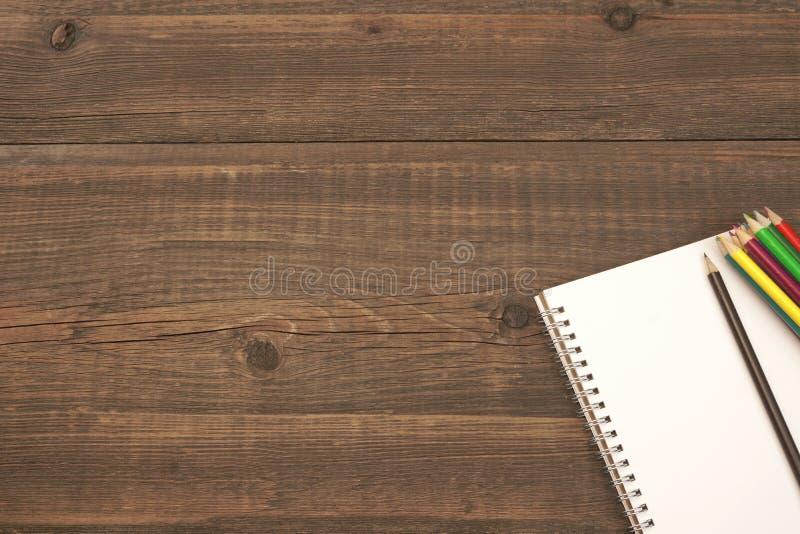 与空白页和许多的被打开的螺旋笔记薄颜色铅笔 免版税图库摄影