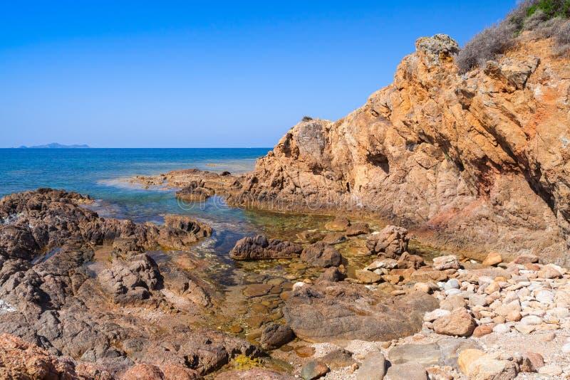 与空的岩石狂放的海滩的沿海风景 库存照片