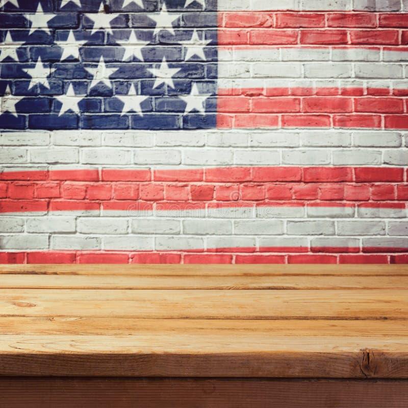与空的木桌和美国旗子的阵亡将士纪念日背景 库存图片