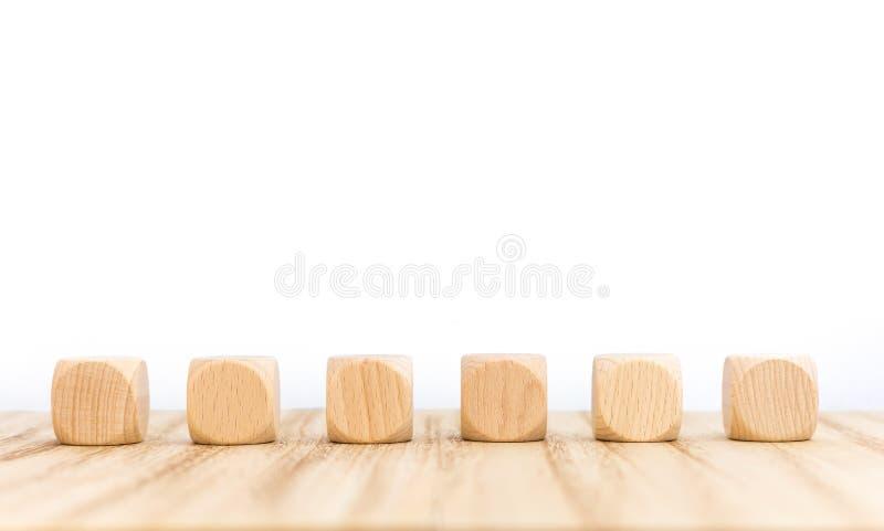 与空的木立方体的木地板作为词的一块模板与六封信件 皇族释放例证