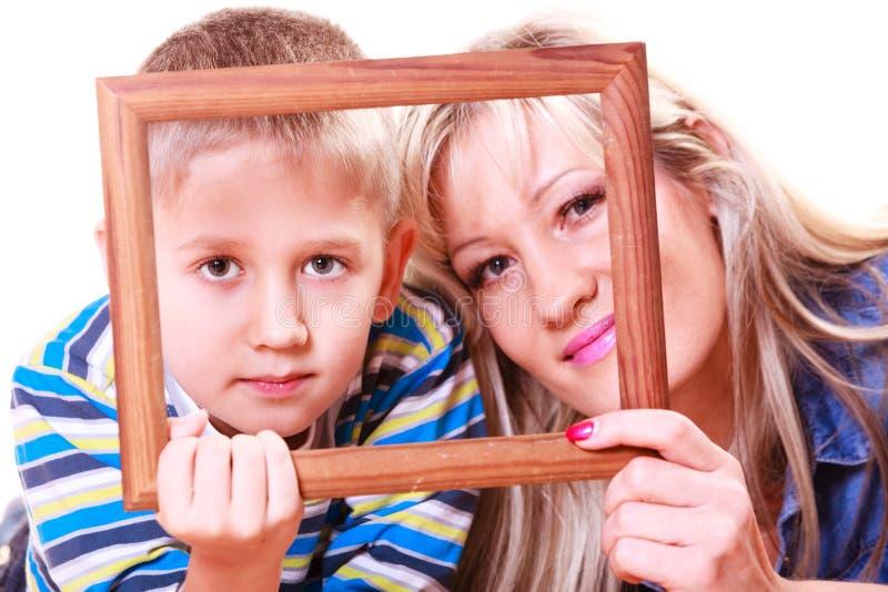 与空的框架的母亲和儿子戏剧 库存照片