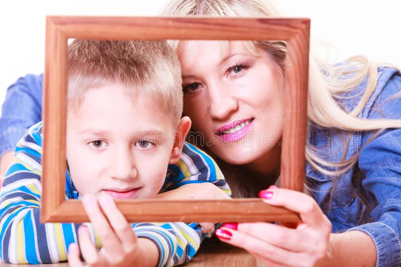与空的框架的母亲和儿子戏剧 免版税库存照片