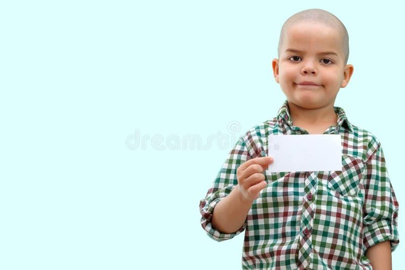 与空的空白的逗人喜爱的男孩身分在手上,隔绝在白色 库存照片