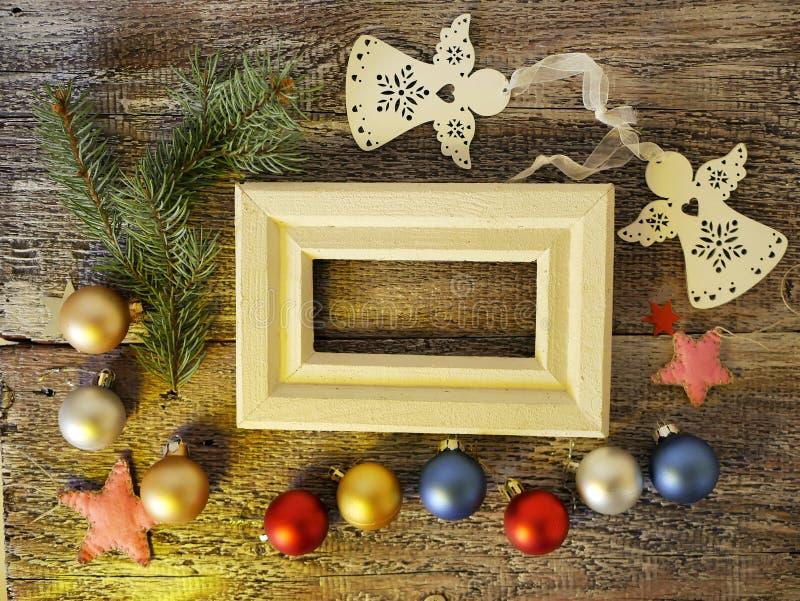 与空的空间的木制框架,在木概略的纹理背景,季节性欢乐装饰,球,心脏,星,顶视图 免版税库存图片