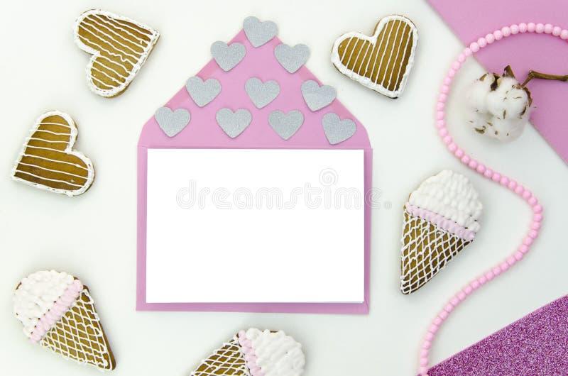 与空的空间的浪漫信件您的文本的 顶视图, flatlay 大模型模板 爱、心脏和甜点 免版税库存照片