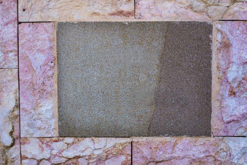 与空的空间的经典空白的标识牌文本的和数字在老意大利房子墙壁上围绕  背景与 免版税库存照片