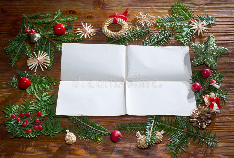 与空的纸的圣诞节背景在木头 免版税库存照片