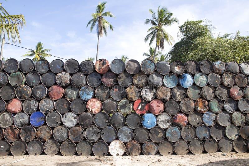 与空的金属的被堆的上流滚磨,努沙Penida巴厘岛,印度尼西亚 免版税图库摄影