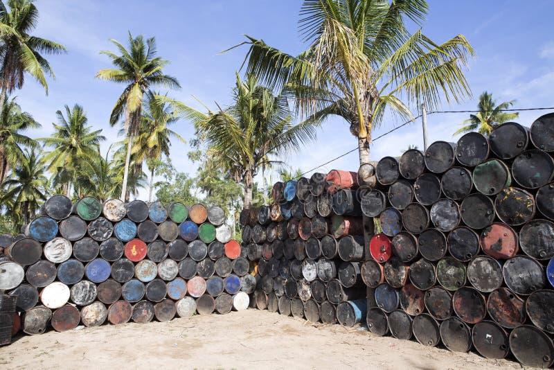 与空的金属的被堆的上流滚磨,努沙Penida巴厘岛,印度尼西亚 免版税库存照片