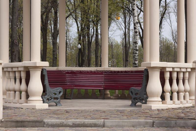 与空的长凳的专栏眺望台在公园 免版税库存图片