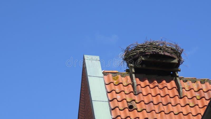 与空的鹳巢的屋顶上面 库存照片