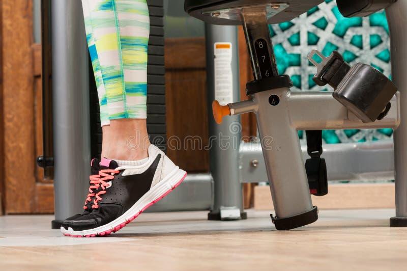 与穿训练鞋子的妇女脚的特写镜头 免版税库存照片